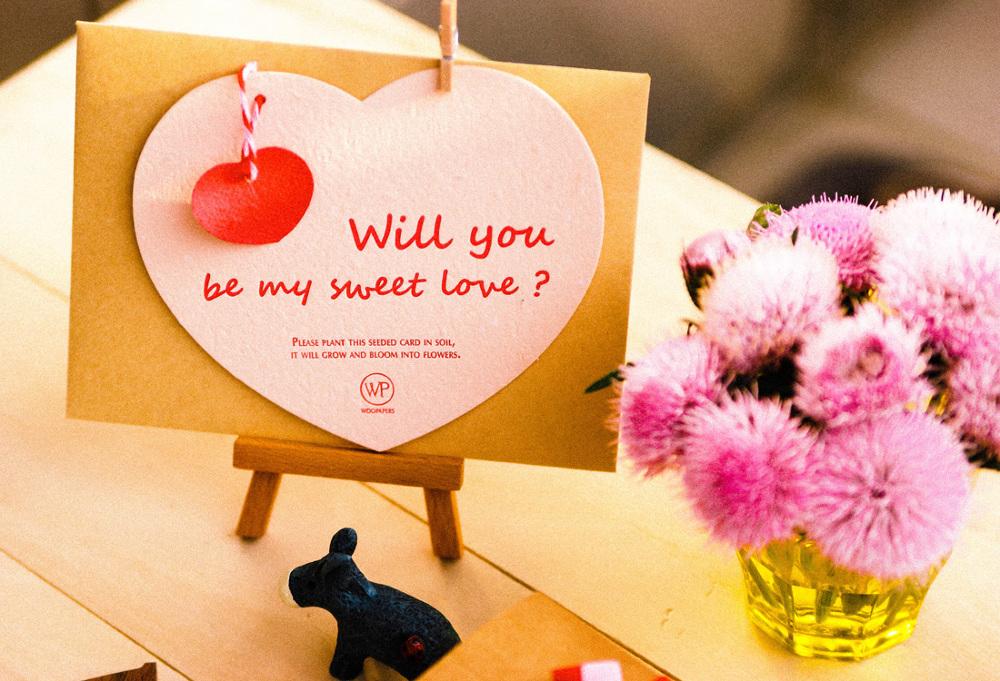 情人節到了,我只想問妳/你一句:「Will you be my sweet love?」 卡片由可種植種子紙手工製作,紙張裡的黑色顆粒就是花朵種子,使用後請勿丟棄它,請種下它。多付出一些愛心與耐心,就會看見種子發芽生長,並開出幸福的花兒!你更是愛護地球的綠手指喔! 商品規格 心形卡片:種子紙 (粉膚色)、金雞菊&百日草&松葉牡丹等草花混合種子 印刷:凸版印刷 信封:牛皮紙 種植方法 請將卡片撕成小張,埋入土壤,覆上一層薄薄的土,每日澆水保持土壤溼潤,適度地接受陽光沐浴,靜待一些時日,種子就會冒出芽了喔!